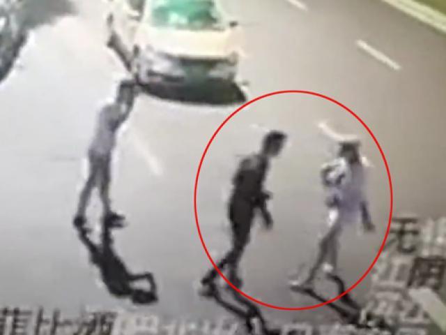Cặp đôi lôi nhau ra giữa đường cãi vã khiến cô gái gặp tai nạn thảm khốc
