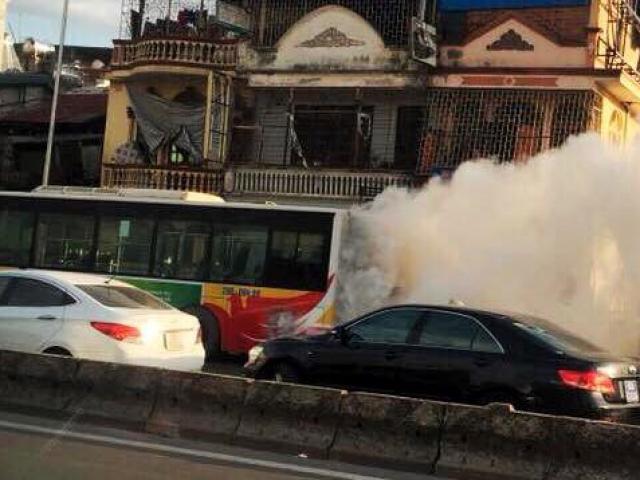 Đang chạy trên đường, xe buýt Hà Nội bất ngờ bốc khói, cháy phừng phừng giữa trời nắng nóng