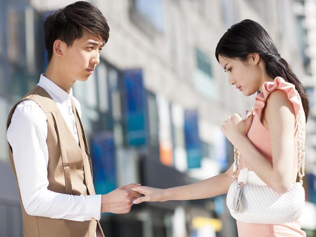 Yêu 6 năm không cưới, chàng trai đứng hình khi biết danh tính chồng tương lai của bạn gái cũ