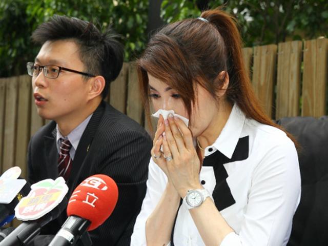 Bị bạn trai cũ dọa tạt axit, người đẹp Bản lĩnh Kỷ Hiểu Lam khóc lóc trong họp báo