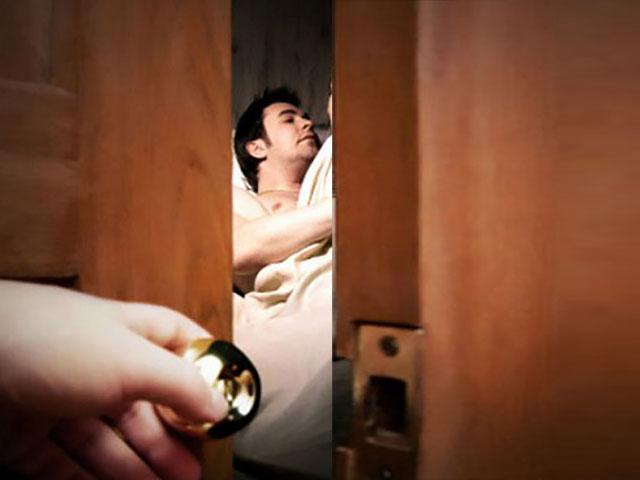 Vào khách sạn, cô gái vô tình gõ nhầm phòng người yêu cũ và cảnh tượng kinh hoàng