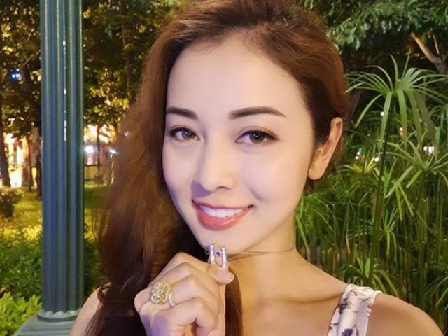 Jennifer Phạm khoe dây chuyền kim cương được chồng tự thiết kế tặng sinh nhật