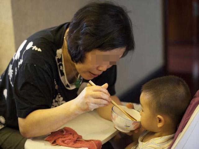 Bé 2 tuổi chảy máu dạ dày vì bà nội cứ đang ăn lại thích chấm mồm chấm miệng cháu