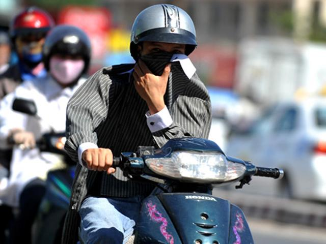 Nắng nóng, ai thường xuyên đi xe máy phải cẩn thận kẻo ảnh hưởng sức khỏe sinh sản