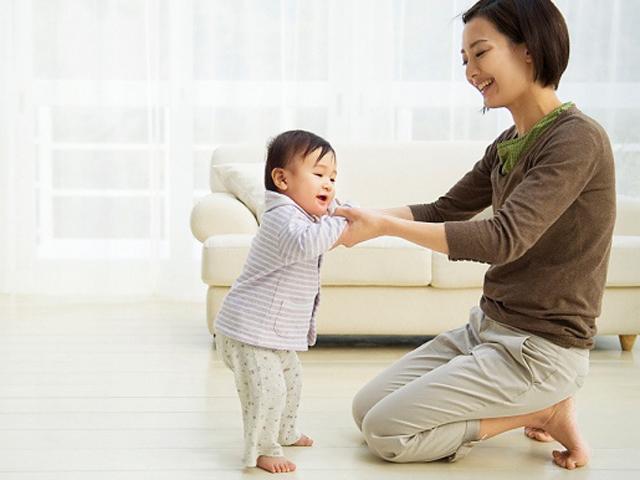 5 tư thế trẻ tập đi mẹ vỗ tay chúc mừng nhưng cảnh báo nguy hại