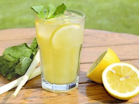 Nắng nóng, dù khát tới mấy cũng chớ dại uống quá nhiều nước chanh kẻo hại thân