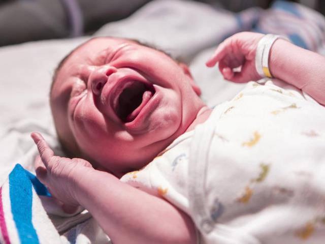 Trẻ sơ sinh hay vặn mình và giật mình chữa như thế nào?