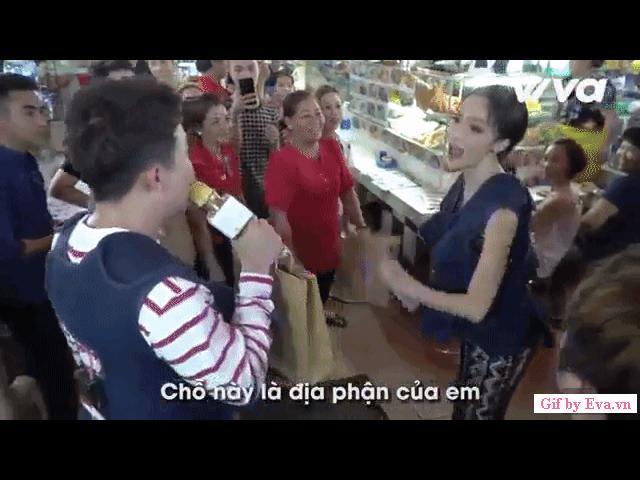 Hoa hậu Hương Giang cãi nhau với Trấn Thành giữa chợ, người dân hiếu kỳ đứng xem