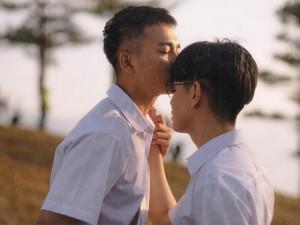 Đào Bá Lộc được bạn diễn nam tình tứ hôn trán trong MV về tình yêu tuổi 16