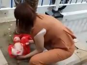 Mẹ trẻ 15 tuổi đẻ rơi trên phố, bà ngoại nhẫn tâm mang cháu để bên lề đường