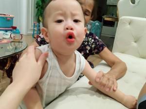 """Vợ Việt Anh tiếp tục đăng ảnh con trai kèm chú thích: """"Đừng có động vào mẹ tôi"""""""