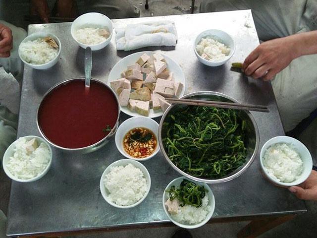Bữa cơm trưa một công ty tư nhân nấu cho 7 công nhân khiến dân mạng bức xúc