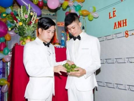 Từng tự tử vì nhau, cặp đôi đồng tính ở Bình Dương đã về chung nhà