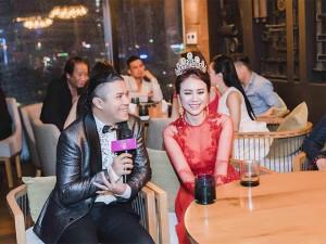 Kasim Hoàng Vũ và mẹ ngẫu hứng hát trong họp báo Hoa hậu Việt Nam Thế giới 2018