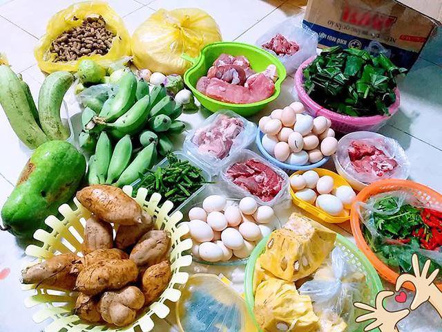 Cô gái Quảng Bình khoe núi thực phẩm quê mẹ gửi lên thành phố, ai nhìn cũng cảm động