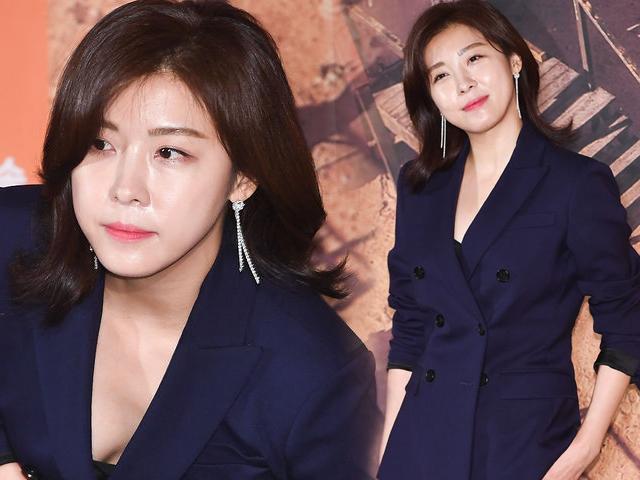 40 tuổi, gái ế Ha Ji Won khoe da căng bóng, không một nếp nhăn