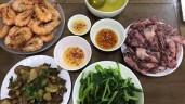 """Du lịch Đà Nẵng, bà mẹ ra tận chợ mua đồ tự nấu, chị em kêu """"ăn hàng cho sướng"""""""