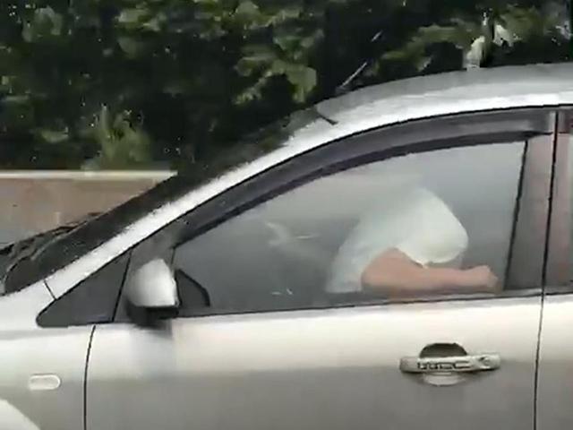 Cặp đôi bị bắt gặp vừa mây mưa vừa lái xe trên đường với tốc độ 60 km/h