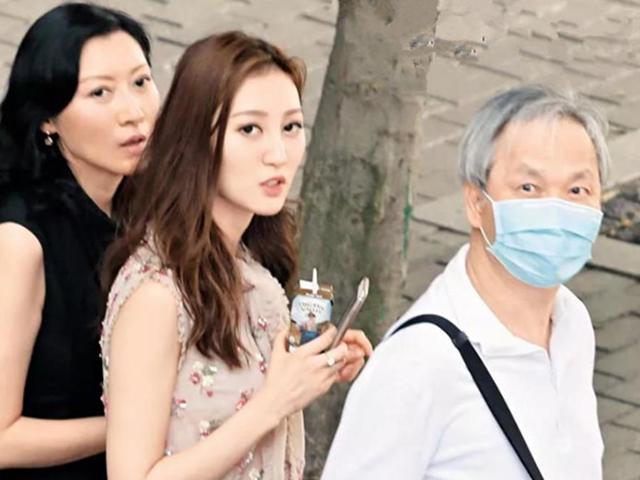 Xuất hiện bên ông chồng U70 đầu tóc bạc phơ, Á hậu 9X Hong Kong ngượng ngùng bối rối
