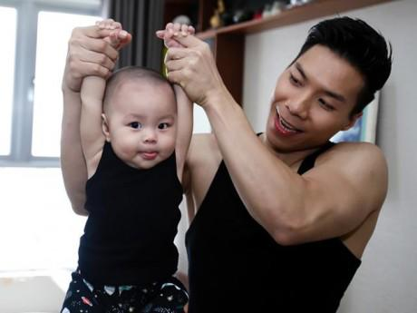 """Quốc Nghiệp làm xiếc nguy hiểm với con trai 2 tuổi: """"Nhiều người chửi tôi chơi ngu"""""""