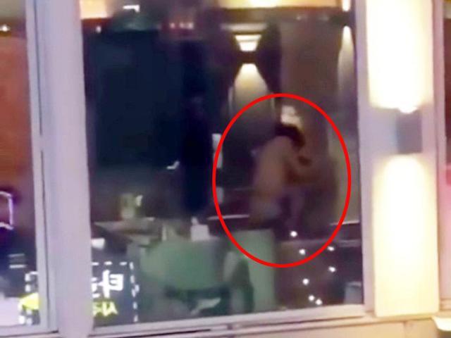 Quên kéo rèm cửa sổ, cặp đôi ân ái ngay trước mắt khách ở quán rượu đối diện