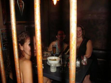 """Chán cơm nhà, nhiều người rủ nhau đi ăn """"cơm tù"""" trong nhà hàng siêu dị này"""