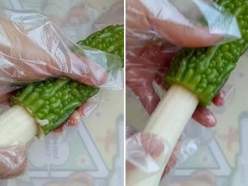 Người phụ nữ nhét quả chuối vào mướp đắng và kết quả món ăn thật bất ngờ