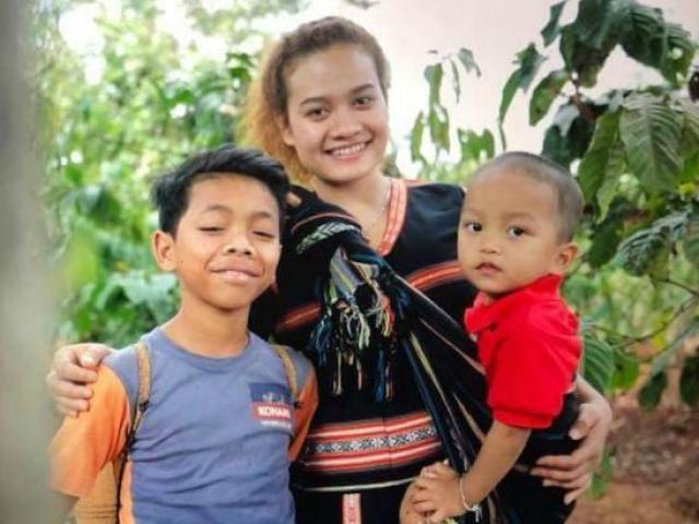 Cô gái Tây Nguyên trở thành mẹ từ năm 14 tuổi nhờ cưu mang đứa trẻ sắp bị chôn sống