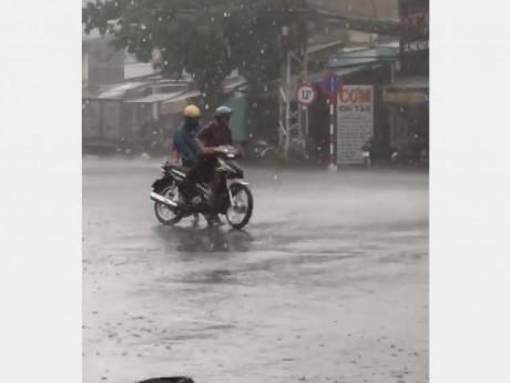 Có tấm áo mưa cũng nhường cho con, tình phụ tử khiến người xem rưng rưng nước mắt