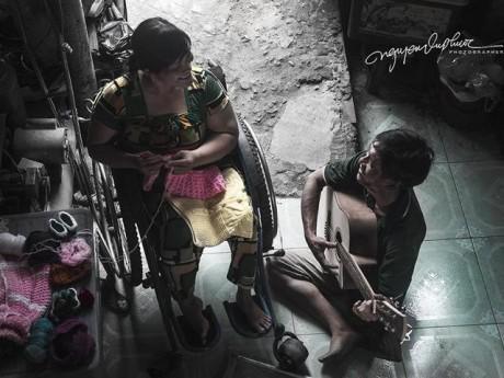 Tình yêu của chàng đi nạng, nàng ngồi xe lăn khiến nghìn người ngưỡng mộ