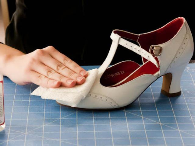 Khoe đôi giày hiệu mới mua 90 nghìn, vợ lặng người khi chồng rơm rớm nước mắt