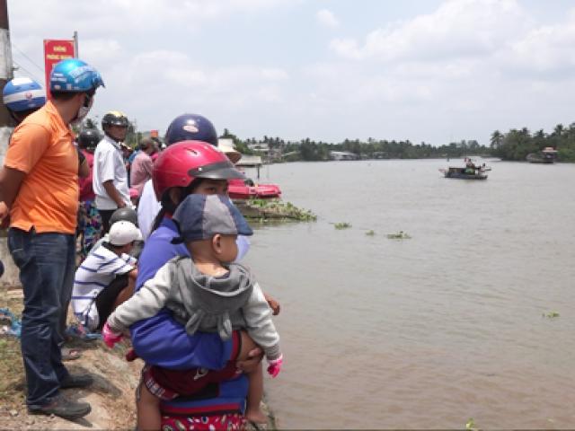 Xót lòng cảnh con gái gào khóc thảm thiết tìm cha, mẹ mất tích trên sông Lam