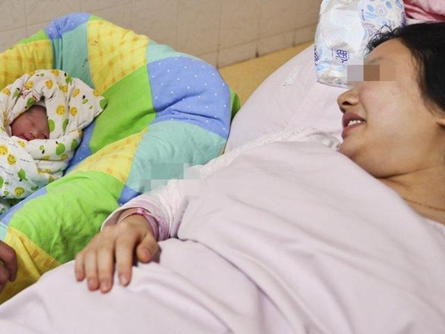 Sau sinh mẹ nói muốn uống nước đường, bác sĩ nghe xong đẩy ngay vào phòng cấp cứu