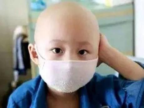 Bé 2 tuổi bị ung thư máu chỉ vì cha mẹ... mua một chiếc tủ mới