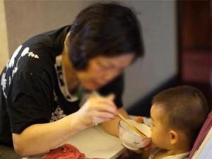 Bé gái 2 tuổi bị viêm loét dạ dày vì bà thường cho ăn kiểu này, nhiều người cũng mắc