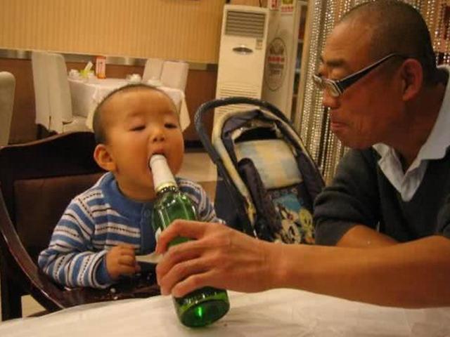 Ông nội cho cháu nhấp thử ngụm rượu, bác sĩ lắc đầu: sa sút trí tuệ suốt đời