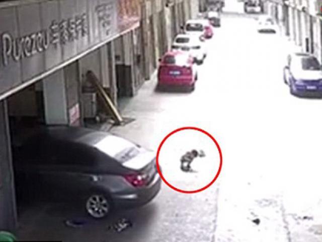 Bố bất cẩn lái xe cán qua người đứa con đang chơi trước cửa gara ô tô