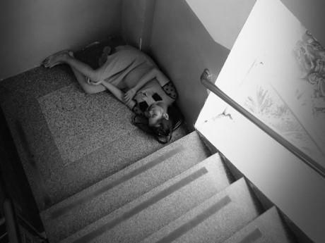 Mẹ bầu trẻ co ro nằm ngủ vội góc cầu thang bệnh viện Từ Dũ khiến ai nhìn cũng xót