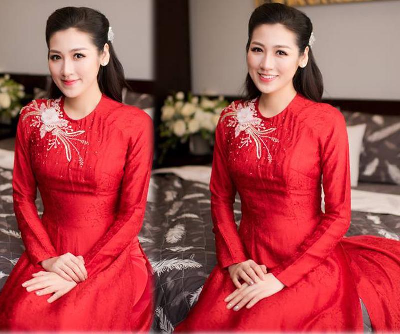 Cũng như nhiều người đẹp khác, Tú Anh cũng chọn áo dài đỏ ngày lên xe hoa.