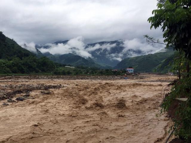 Cận cảnh: Mưa lớn nhiều ngày, lũ tràn về Sơn La xối tung bọt như thác nước