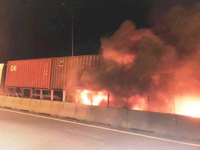 Xe khách bốc cháy sau cú tông kinh hoàng với xe container, 2 người thiệt mạng