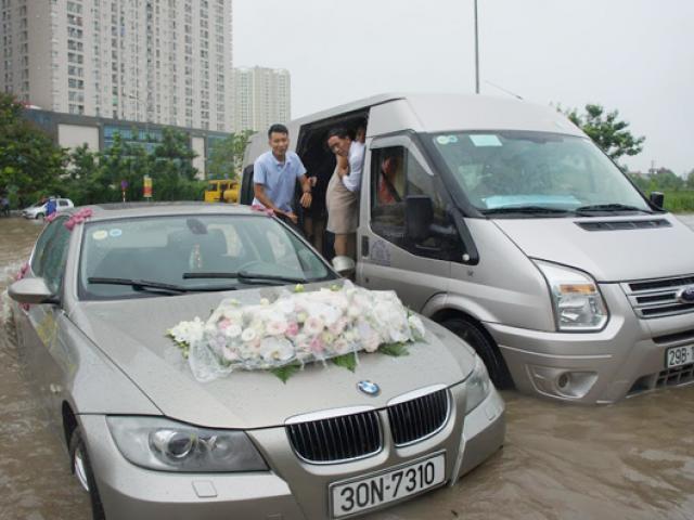 Hy hữu ở Hà Nội: Chú rể vượt sông đón cô dâu về dinh, xe dâu chết máy giữa đường