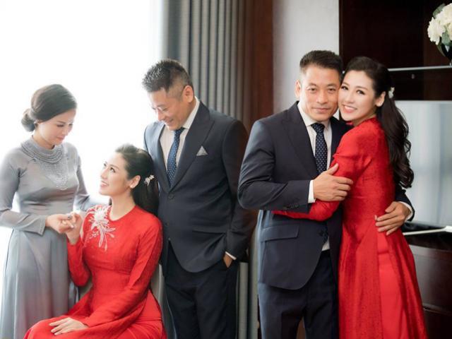 Bố mẹ hạnh phúc nhìn Á hậu Tú Anh mặc áo dài đỏ trong lễ rước dâu