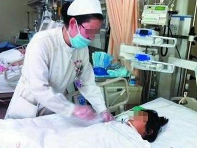 Thấy quần con gái 5 tuổi dính máu, mẹ tưởng con dậy thì sớm, đến viện mới biết sự thật