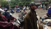 Ảnh: Mưa tầm tã từ đêm tới sáng, đường phố nội thành Hà Nội ngập lênh láng