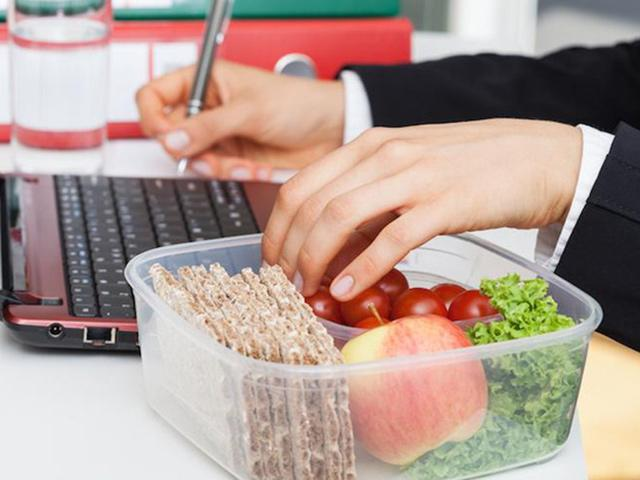 Cách ăn trưa sai lầm phần lớn người Việt mắc phải, điều số 2 dân văn phòng rất hay làm