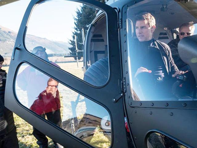 Chuyện không ai ngờ: Đi quay phim, Tom Cruise cùng các bạn diễn được dân... tặng đá quý