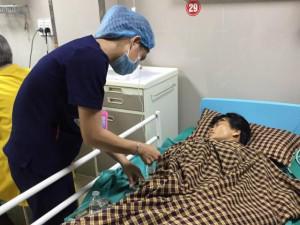 Nấu cơm, giặt quần áo khi mới sinh con, người phụ nữ phải ôm bụng đến viện trong đau đớn