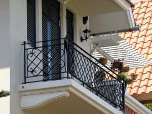 Những mẫu lan can ban công sắt đẹp nhất khiến ngôi nhà nổi bần bật giữa phố