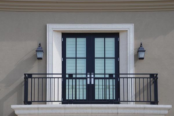 Những mẫu lan can ban công sắt đẹp nhất khiến ngôi nhà nổi amp;#34;bần bậtamp;#34; giữa phố - 2